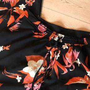 Fede blomstrede bukser i str. XL, har bindebånd så de er fleksible 💥 fede orange og pink blomster. Skjorte i str. m haves også 💕  Bemærk - afhentes ved Harald Jensens plads eller sendes med dao. Bytter ikke 💫  🌙 Bukser blomster blomstret loose oversize sæt