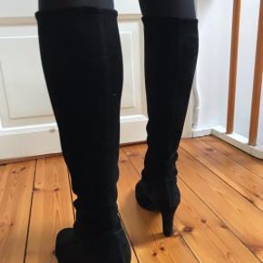 Støvler med hæl fra Peter Kaiser. De er i sort velour. De sælges da min læg er for lille til dem, så de glider ned. De er kun brugt en gang. Hælen er 8 cm høj.