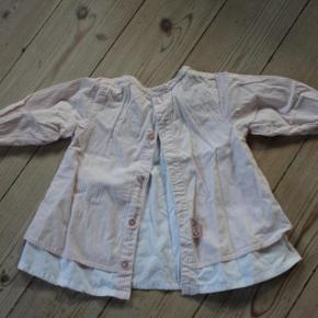 Varetype: tunikakjole vintage look tunika kjole Størrelse: 80 / 86 12-18 mdr. Farve: rosa hvid hør Oprindelig købspris: 289 kr.  ★ RIGTIG SØD CUPCAKE TUNIKAKJOLE M. BRODERI & UNDERKJOLE ★  En rigtig fin og sød tunikakjole i rosa- og hvidstribet og med en hvid underkjole fastsyet inden under. Underkjolen er længere og giver et sødt vintage look a la Poppy Rose, da den stikker neden for selve kjolen. Nederst i den ene side er en flot hørfarvet broderet enhjørning, som matcher det flotte hørfarvede bryststykke, der er i et fint mønster. Midt på brystet sidder en lille lyserød sløjfe.Tunikakjolen lukkes på ryggen, hvor der er knapper hele vejen ned, så den er nem at tag på og af.  Jeg kan simpelthen ikke finde noget størrelsesmærkat på den, men er ret sikker på, at den oprindeligt er købt som værende en str. 80 /12 mdr., OG at den så er ret stor i størrelsen, som Cupcake generelt er. Så jeg vil mene, at den bedst vil passe en str. 80-86 / 12-18 mdr. Dertil er tunikakjolen med god vidde både over brystet og nedadtil, så den kan bruges over en længere periode :-)  Tunikakjolen er i god, men brugt stand, og den har hverken slid, huller eller pletter. Nypris kr. 269,-.  Skriv emailadresse for billeder i stort format, så du kan zoome ind og se alle detaljerne :-)  ★ FAST PRIS KR. 59,- + B-porto på eget ansvar kr. 14,- ★  SPAR PORTO og afhent i Esrum, Nordsjælland. Kom også gerne forbi og prøv/se varen ;-)