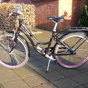 """24"""" Kildemoes Bikerz Retro pige cykle, med 7 Gear, Farve Sort, men Pink hjul. Er som ny, Med godkendt Lås og to nøgler,  godkendt for og bag lys, sort cykelkurv, står ind og ikke kørt på om vinteren. Skriv for flere billeder.Kan lev i kbh, Skærbæk ved Kolding og fanø."""