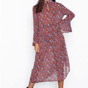 """Fantastisk smuk kjole med et skønt print af røde og lilla roser. Kjolen har høj hals med sort knaplukning, som kan knappes op for en mere """"løs"""" v-udskæring. Der er fastsat en aftagelig flæse i """"kraven"""" som giver et feminint og vintageinspireret look. Den har fine flæser ved ærmerne samt under livet og sort underkjole. Super cool  med stiletter , men også med sneaks eller et par rå støvler Materiale : 100% viskose  Brystmål: ca 104 cm i total omkreds Længde fra skulder og ned: 123 cm.  Køber betaler Porto 📦 Se også alle mine andre flotte og billige varer jeg har til salg 🌸 Bl.a. Fra Gustav , SAND , Karen by Simonsen , Gestuz m.m🌺"""