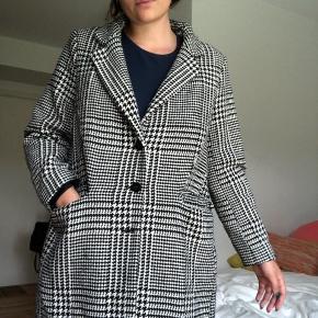 Flot jakke fra H&M. God som vinterjakke eller varm overgangsjakke. Det er en størrelse 44, men jeg har brugt den som oversize og den passer fint. Jeg er en str. 38/40.