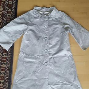 Frot frakke med trekvart ærmer fra Sara Kelly str. 46 Længde: 94 cm Bryst: 112 cm
