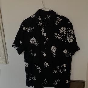 Lækker kortærmede skjorte fra H&M, perfekt til sommer Str M Skriv gerne for flere billeder Køber betaler fragt