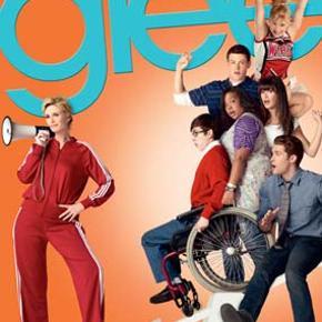 0025 - Glee: Hele Sæson 2 (7-disc) (DVD) Dansk Tekst - I FOLIE  Give a cheer for Glee  Glæd dig til  Glee  – den sjoveste og mest omtalte nye tv-serie! William McKinley High Scholl havde et fantastisk show-kor, men nu går det knapt så godt – lige indtil en idealistisk spansklærer (Matthew Morrison) beslutter sig for at hjælpe gruppen og forvandle sangerne og danserne til ægte vindere.  Glee  er en perfekt vinderhistorie fyldt med charmerende karakterer og dynamiske musical-numre, du vil aldrig se på kor-sang på samme måde igen.  Tekst fra omslag Specielt om denne udgivelse:  Season 2, Volume 1:   Efter et hårdt nederlag ved de regionale mesterskaber er The Glee Club tilbage som underdogs i McKinley High. Da skolen står over for endnu flere budgetnedskæringer, får Mr. Schuester eleverne til at rekruttere nye medlemmer til klubben. Rachel og Finn er uenige om de nye rekrutter, og det er usikkert, om de vil være i stand til at finde sammen i perfekt harmoni.  Første halvdel af 2. sæson (efterår 2010) 10 episoder fordelt på 3 plader Spilletid: 416 minutter (ca. 7 timer) Audio: Engelsk DD5.1 Undertekster: Engelsk, dansk, svensk, norsk, finsk Special features:  Glee  Music Jukebox! DVD World Premiere: Exclusive Bonus Song The Making of  The Rocky Horror Glee Show Getting Waxed with Jane Lynch The Wit of Brittany Glee at Comic-Con 2010 Season 2, Volume 2:   Som Sectionals nærmer sig, kommer og går Will Schuesters kærlighedsliv, men hans hjerte banker stadig for New Directions. Og Sue Sylvester beslutter, at hvis hun ikke kan slå dem, må hun slutte sig til dem! Med flere utrolige musikalske numre og fantastiske gæstestjerner består disse episoder af TV's mest spændende show for alvor eksamen!  Anden halvdel af 2. sæson (forår 2011) 12 episoder fordelt på 4 plader Spilletid: 524 minutter (knap 9 timer) Audio: Engelsk DD5.1 Undertekster: Engelsk, dansk, svensk, norsk, finsk Special features:  Glee  Music Jukebox! Sue's Quips Guesting on Glee A Day in the Life of Brittany Shoo