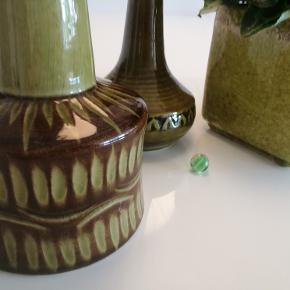 Super flot keramisk sæt af 2 Søholm bordlamper og udover det en stor potte. Sælges kun samlet. De står i perfekt kondition.  Se også alle mine andre annoncer med mærkevarer af meget høj kvalitet og stand til vanvittigt lave priser.  Antik kunst boligtilbehør vintage keramik lampe retro.