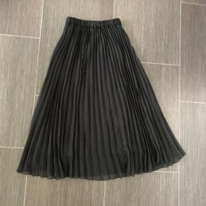 * Elegant plisereret Divided  nederdel str 32- xs brugt få gange 🌸😀