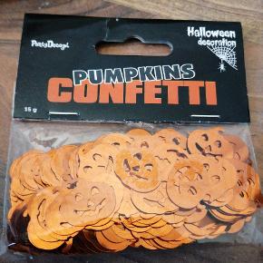Bordpyndt konfetti, halloween græskar, orange mettalic. 15 g i hver pose. Har 20 poser. 5 kr pr pose, 3 for 10 kr. Sender plus porto