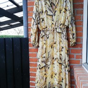 In Front kjole str. 42 se mere her: https://www.zalando.dk/inwear-reemaiw-dress-maxikjoler-yellow-in321c07t-t11.html