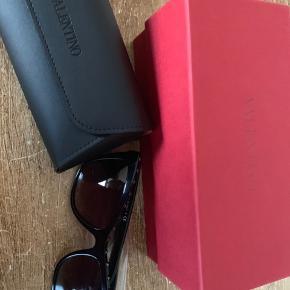 Helt nye Valentino solbriller med æske og brille-etui. Varenummer ses på billedet.