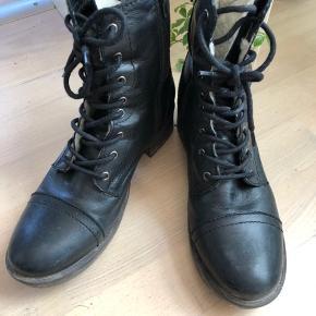 Lækre og varme vinterstøvler fra mærket shoe design str 39 Købt december 2018 og brugt en sæson. Lidt slid på sålerne, men ellers i flot stand  OBS  Til salg flere steder