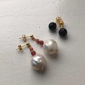 Smukke runde barok perler i forgyldt ørestik  til 250.- pp   Små sorte facet halvædeksten i ørestik til 100.- pp
