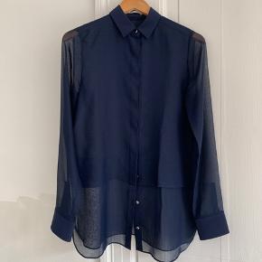 Supersmuk skjorte som har mange fine detaljer og falder smukt. Købt i New York for et par år siden for omkring 2300,-. Jeg har haft den på en enkel gang i få timer og den er som ny. Sælges kun fordi jeg ikke føler jeg kan bruge den til hverdag grundet job og familieliv med fedtede børnefingre. Den passer en 36 og en 38.