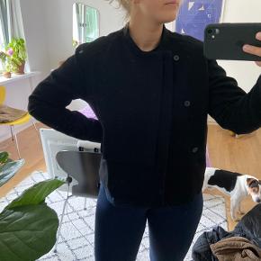 Lækker jakke fra weekday i str S🤎 Dog stor i str, kan også passes af m/l🌻 Ingen tegn på slid perfekt overgangsjakke 🍂