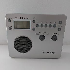 Tivoli Audio Songbook radio. Virker perfekt. Både med strømstik og batteri. Måler ca 19*16*5 cm