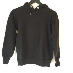 Grunt hoodie med præget tryk foran. Brugt få gange og er derfor som ny. Str. M/12 år.