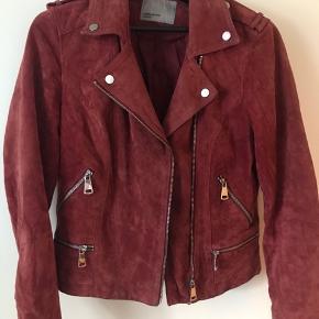 Brugt få gange.  Lidt lille i størrelse, så kan sagtens passe en M.  Vintage rust rød ruskindsjakke, god overgangsjakke/ forårsjakke