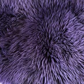 Lammeskind i flot lilla farve. Måler 90 cm x 65 cm