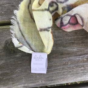 Stort, let og lunt tørklæde i 100% uld. Måler ca. 115 x 118 cm. Fin stand, ingen trådudtræk. #30dayssellout