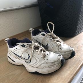 Har du brug for nogen sko du kan smadrer på Roskilde festival, eller nogen som du kan vaske og pudse hvide igen, jamen så er der et par str 42 i sko her.   150kr - eller bud