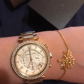 Smukt Michael Kors ur i Guld farve. Brugt meget få gange og fremstår som ny.  Fået i gave men bruger den desværre ikke, og derfor vil jeg sælge den, hvis rette bud kommer.    MP ca. 1.900 kr.   Nypris 2.400kr