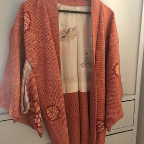Anden overdel, Aldrig brugt. Nørrebro - Original japansk kimono. Anden overdel, Nørrebro. Aldrig brugt, Er måske blevet prøvet på men aldrig brugt. Ren men ikke vasket. Ingen mærker eller skader