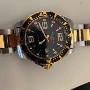 Longines ur.  Nypris 1.400$ - 9.400kr fra deres egen hjemmeside.  Super fint ur, fejler intet, har alt der medfølger til købet. 2 års garanti fra køb i juli 2018  Kom med et godt bud, og slå til hurtigt og lav en god handel