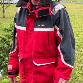 Musto sejlerjakke, lækker vand og vindtæt sejlerjakke, kun brugt en sæson. Passer til mand på 180 og 80 kg.