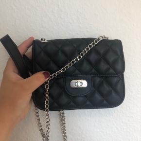 Fin lille taske fra Pieces, med kæderem. Den har aldrig været brugt og fremstår derfor som ny. 30kr eller BYD! 😀