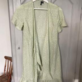 Slå-om kjole fra Vero Moda.