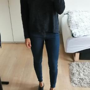 Mørkeblå sweater
