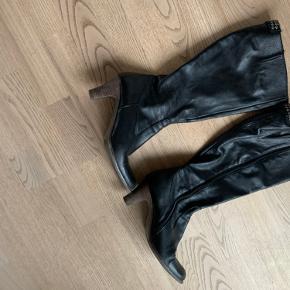 Lækker støvle fra Billi bi m/ekstra vidde i skaft og smarte detaljer🖤