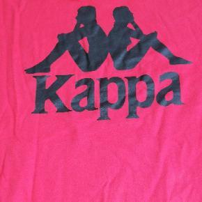Sæger denne kappa t-shirt, er perfekt stand, ser meget lyserød rød ud på billederne, men er helt normal rød. Mp er omkring 75 kr :))