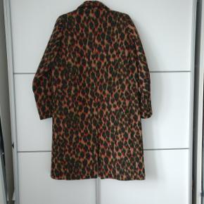 Lækker uld frakke fra Samsøe Samsøe. Er aldrig brugt, og Sælges for 300 kroner.