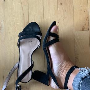 Super fine sandaler med lille hæl (ca. 5 cm). Brugt en enkelt gang.