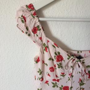 Zara - kjole Str. S Næsten som ny Farve: svag lyserød med røde blomster Lavet af: Outer Shell: 100% viscose Linning: 100% polyester Mål: Brystvidde: 82 cm hele vejen rundt Livvidde: 72 cm hele vejen rundt Længde: 75 cm Køber betaler Porto!  >ER ÅBEN FOR BUD<  •Se også mine andre annoncer•  BYTTER IKKE!