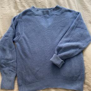 Sweater fra Mango, købt brugt og kun brugt få gange. Str. L, men passer bedre til M eller oversized til en str. S. Trøjen er i 100% bomuld og blød at have på.