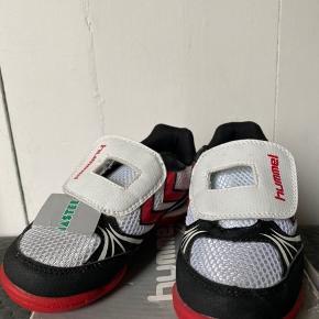 Hent nye træningssko i størrelse 30, sko, mulighed for afhentning i kirke Hyllinge, eller Roskilde.