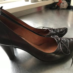 Wonderful dark brown leather. Heel about 7-8 cm. Very comfortable and classic shoe in high quality. Used twice only inside and therefore considered as new.
