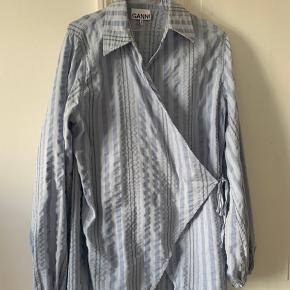 Jeg sælger denne smukke skjorte fra Ganni, da jeg desværre ikke kan passe den længere. Den er blevet købt lidt for stor, og jeg har derfor ikke fået den brugt en masse. Den fremstår altså som ny.  Husker jeg korrekt, har den for ny kostet 1300kr, og blev købt i magasin på Kongens Nytorv.   BYD gerne