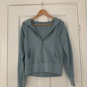 Sælger mit elskede blå uniqlo hættetrøje i xs. Den er vildt behagelig og rar at have på.  Skriv privat besked hvis du er interesseret:)