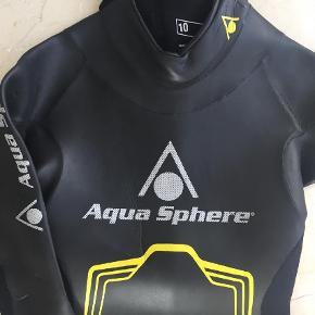 Brand: Aqua Sphere Varetype: Våddragt Størrelse: 10 år Farve: Sort Oprindelig købspris: 1400 kr. Prisen angivet er inklusiv forsendelse.