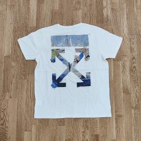 Spritny t-shirt. Off-White Colored Arrows. Størrelse M, oversized. Model omaa038r19185012. Google evt. nummeret for officielle billeder og steder den blev solgt.  Flere billeder kan sendes. Kan ses/prøves/købes i Nørresundby eller også sender jeg gerne. Måler også gerne for dig.