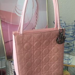 Der er lidt fejl under Dior vedhænget, da det er smittet af på tasken.. skriv for flere billeder.   BYD