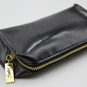 Så fin kosmetik pung fra YSL, der er fået med i forbindelse med et taskekøb. Aldrig brugt. Pris: 300kr afhentet eller plus 33kr med DAO porto.