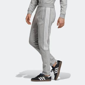 Fede bukser fra Adidas Originals, aldrig brugt. Kan bruges af både mænd og kvinder.  Giv et bud