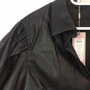 Fineste PU-læder skjorte fra Pieces str XL, aldrig brugt, stadig med mærke. Sælges for 175,-