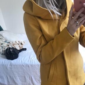 Super fin jakke, med stor flot hætte. købt i Skotland og brugt Max 7 gange, fejler absolut intet. Det er ikke en vinterjakke, men kan sagtens bruges til denne lune vinter. :-)