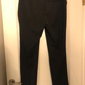 Fine buket med hvide prikker. Er lille i str., linningen kan strækkes op til 51 cm.