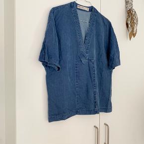 Skøn denim bluse fra ASOS med knaplukning på fronten 💙 (trænger til at blive strøget )